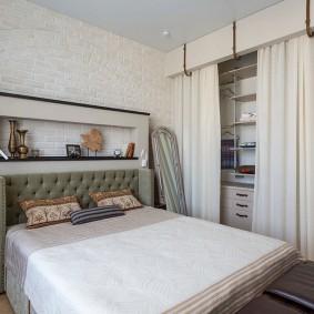 Удобный гардероб за белой шторой