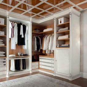 Декор потолка в гардеробной комнате