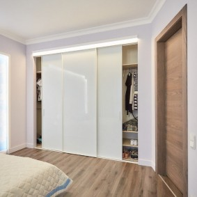 Глянцевые дверцы на встроенном шкафу