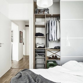 Маленькая спальня с удобной системой хранения