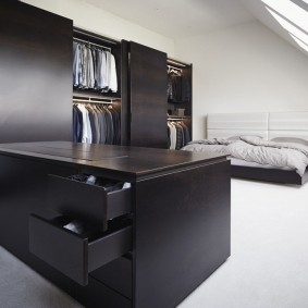 Черная мебель в гардеробной комнате