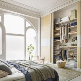 Узкий шкаф-гардероб в интерьере спальни
