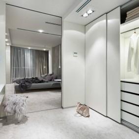 Гардеробный шкаф перед входом в спальню