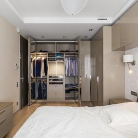 Хранение вещей и одежды в современной спальне
