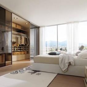 Светлая спальня с панорамным окном