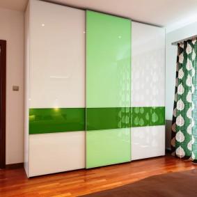 Зеленые шторы с белым рисунком