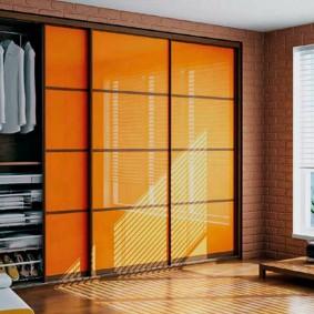 Желтый шкаф в просторной спальне