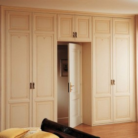 Встроенная мебель вокруг двери в спальне