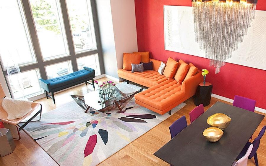 Современная гостиная с ковром на полу