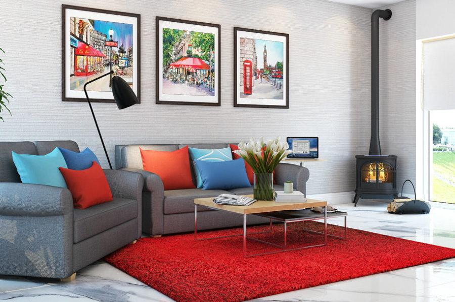 Красный коврик в комнате с металлическим камином