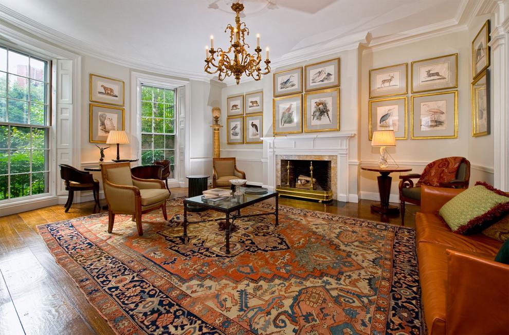 Интерьер гостиной комнаты с ковром большого размера