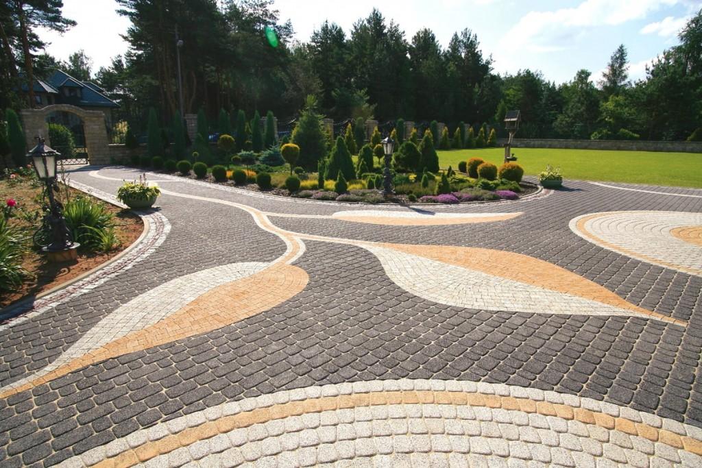 Красивая укладка плитки на площадке перед домом