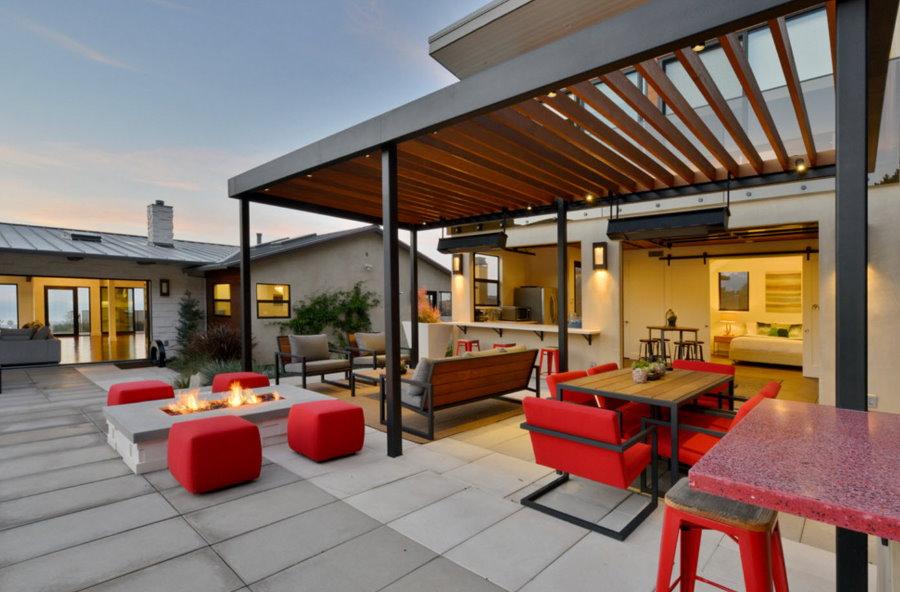 Красная мебель на террасе с перголой
