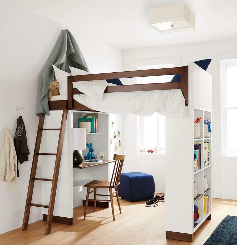 Стол школьника на нижнем ярусе кровати-чердака