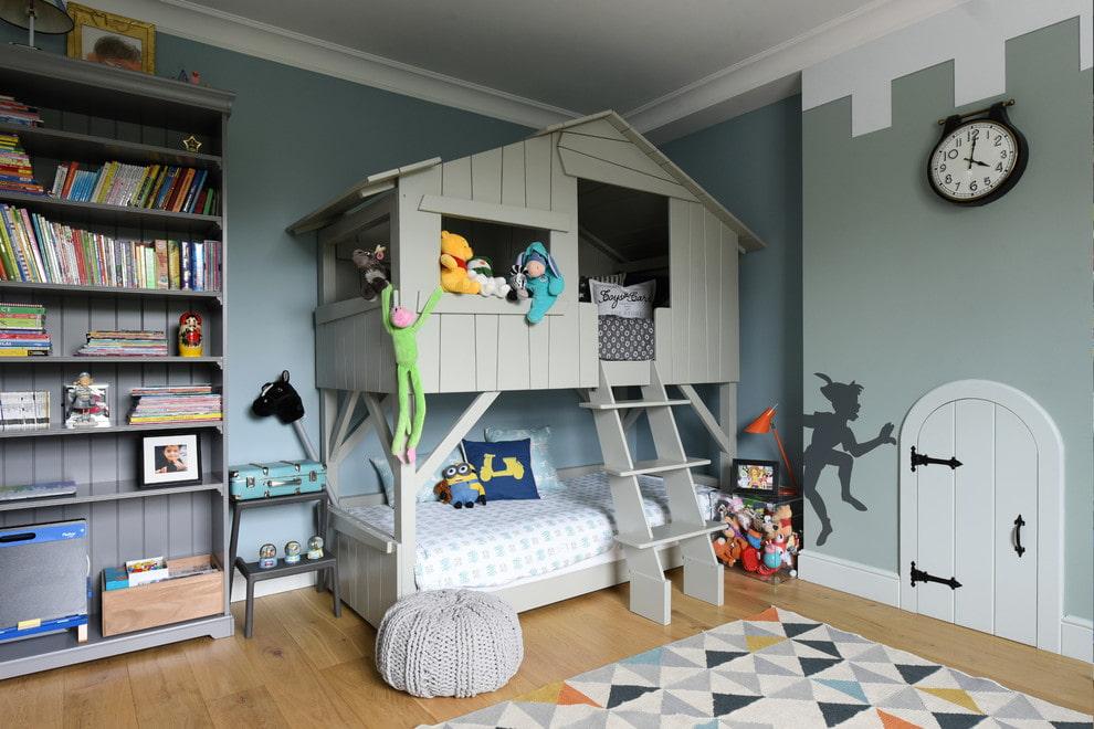 кровать домик с окнами и лестницей
