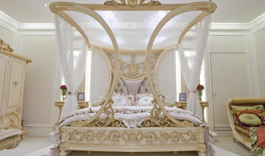 Роскошная кровать в белой спальне стиля модерн