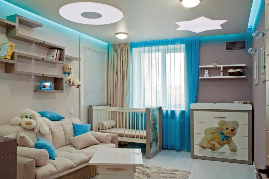 Голубые занавески в комнате с кроваткой для младенца