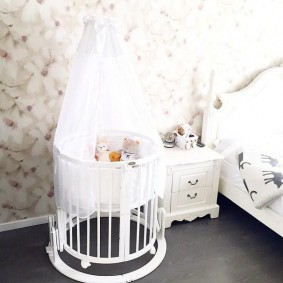 круглая детская кроватка оформление