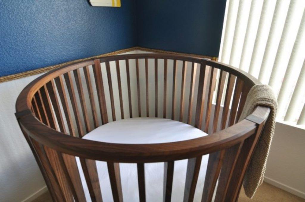 круглая детская кроватка дерево