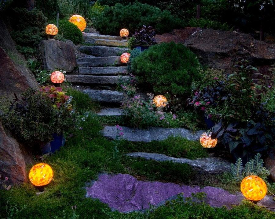 Круглые светильники на невысоких ножках вдоль тропинки
