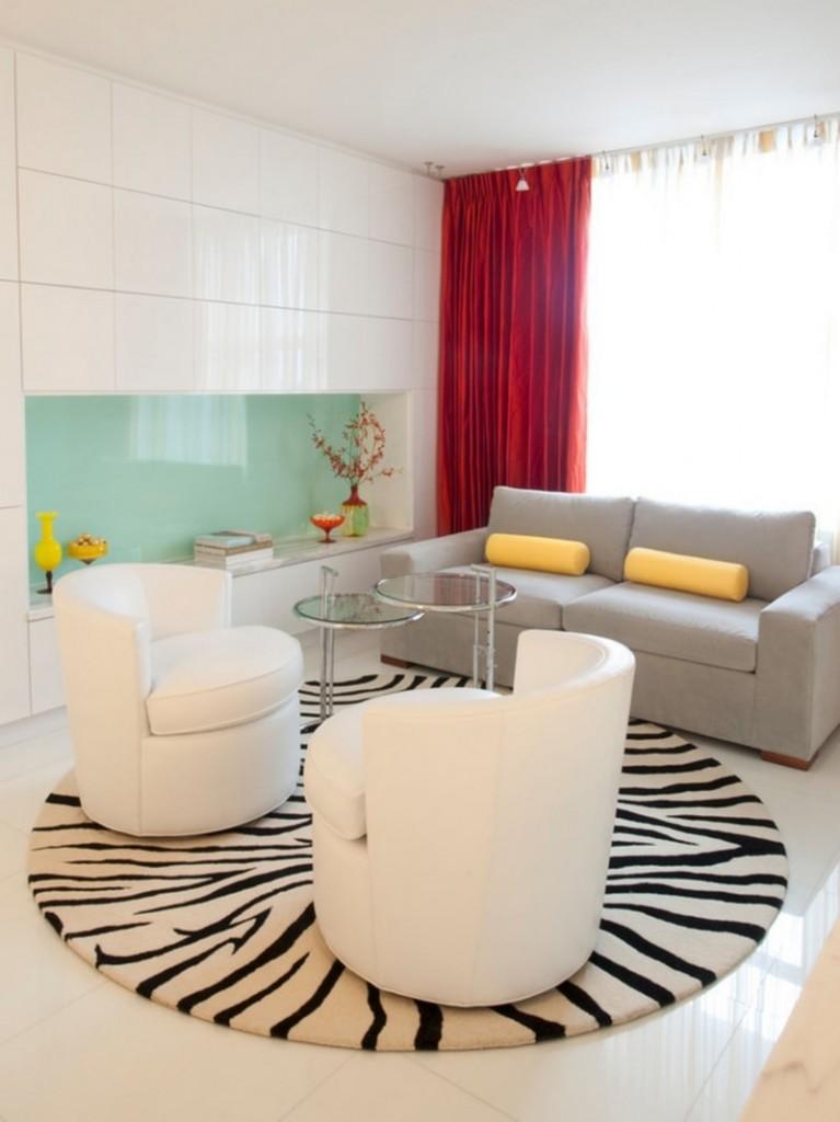 Круглый коврик с рисунком зебры на полу гостиной