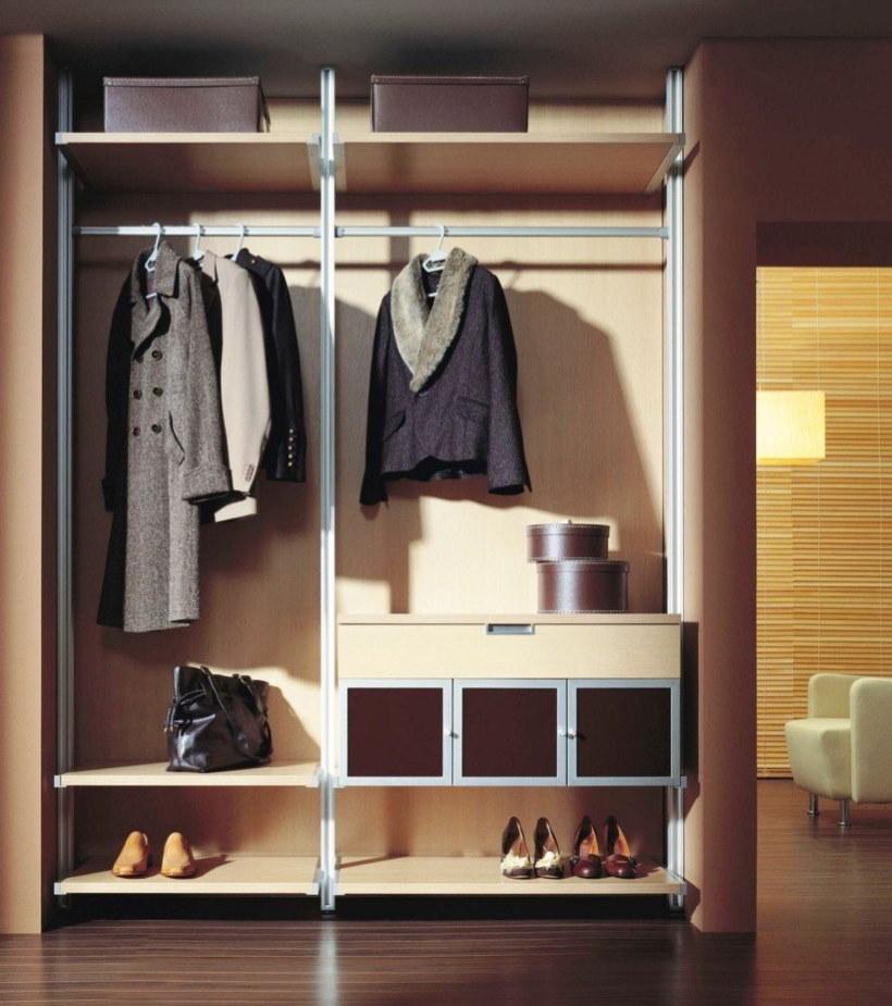 Осенняя одежда на вешалках в шкафу-купе