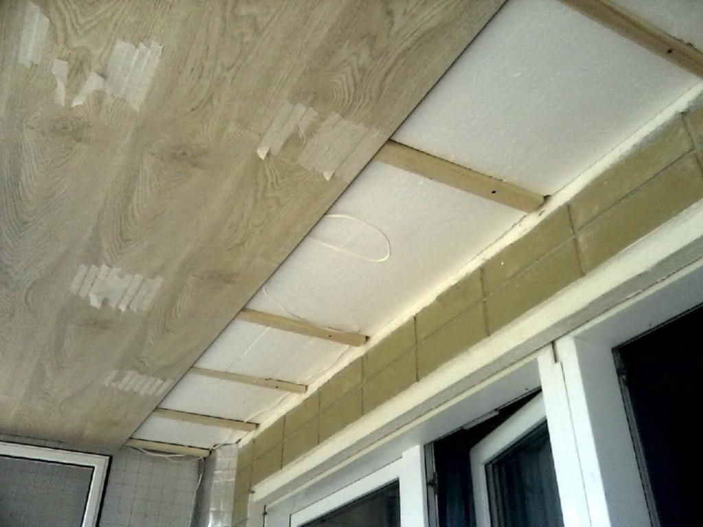 ламинат на балконе на потолке