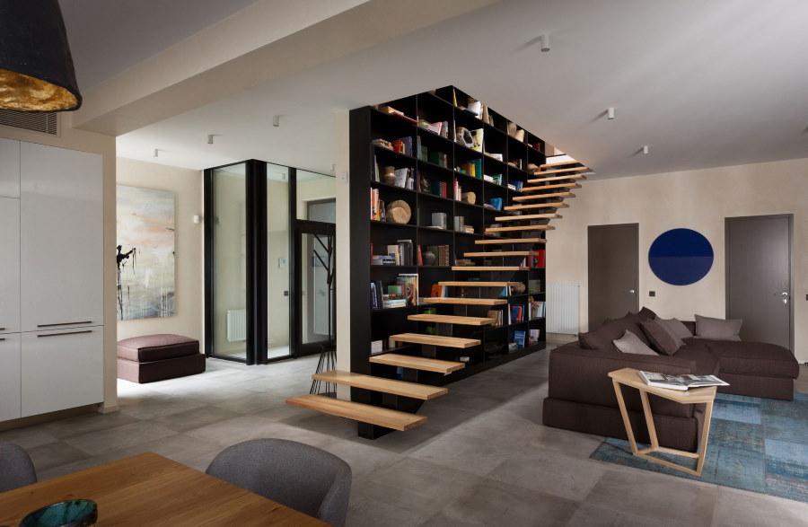 Лестница без перил в гостиной двухэтажного дома
