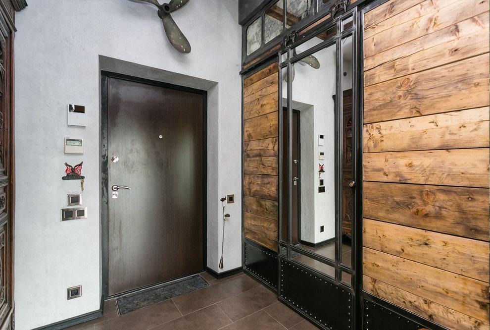 Деревянно-металлический шкаф в коридоре лофт стиля