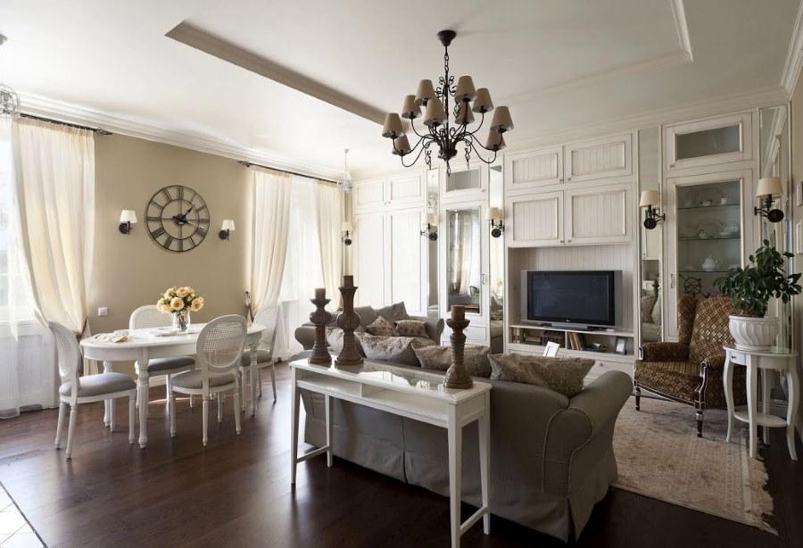 Двухуровневый потолок в просторной гостиной-столовой