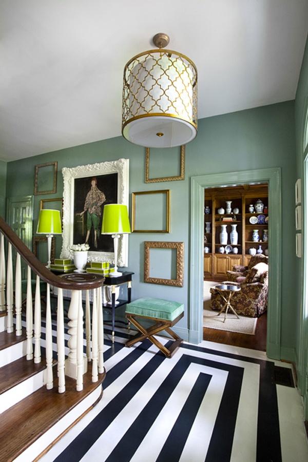 Люстра в интерьере холла с лестницей в стиле фьюжн