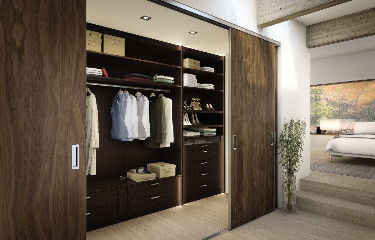 маленькая гардеробная комната двери