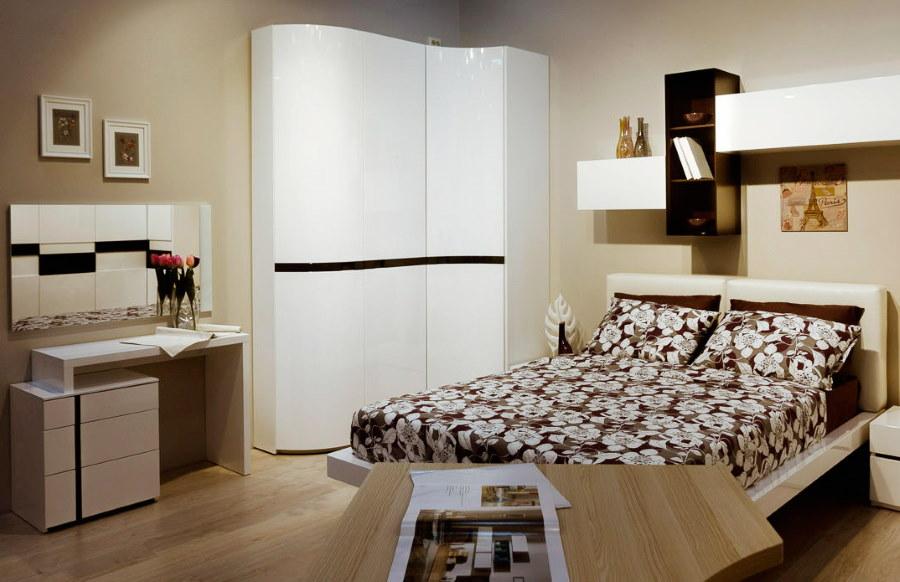 Компактный угловой шкаф в спальной комнате