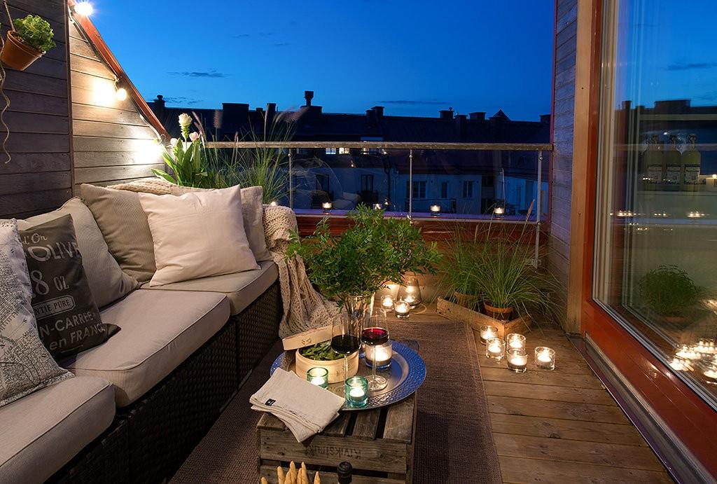 Уютное место для отдыха на открытом балконе частного дома