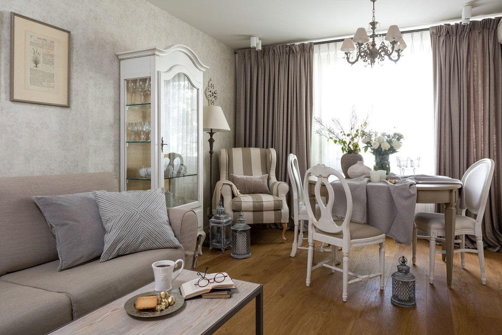 Светлая мебель в обеденной зоне гостиной-столовой