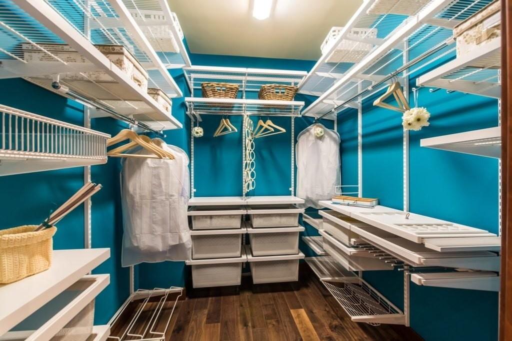 Белые стеллажи на фоне синих стен гардеробной