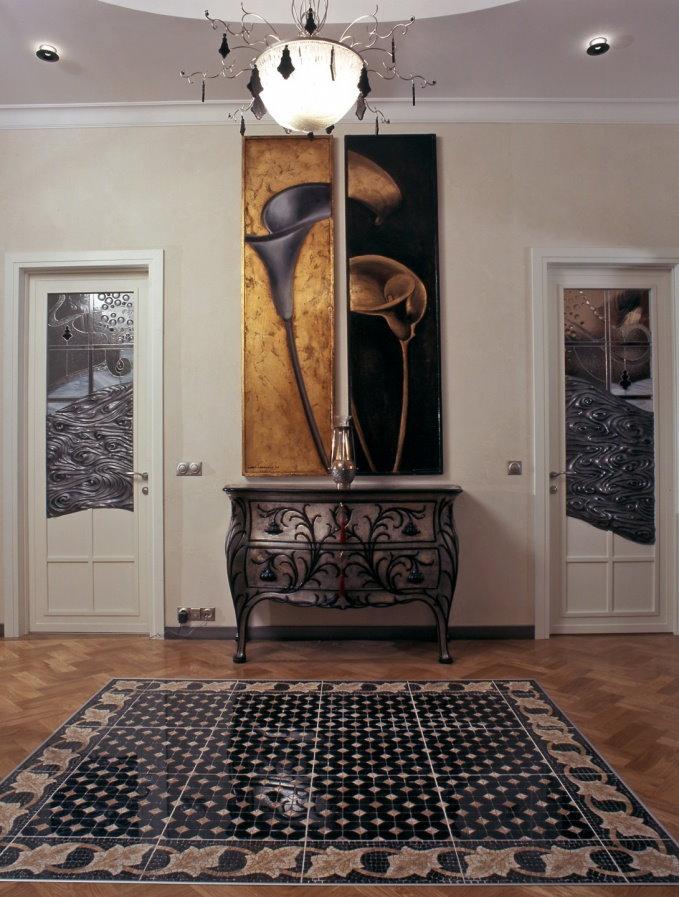 Интерьер холла загородного дома с картинами