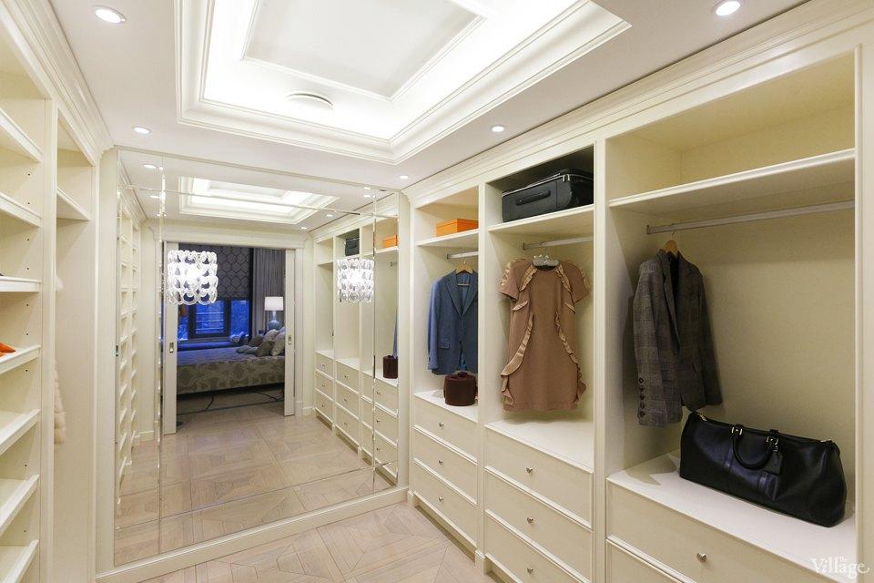наполнение гардеробной с большим зеркалом