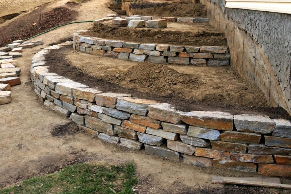 Низкая подпорная стенка из природного камня