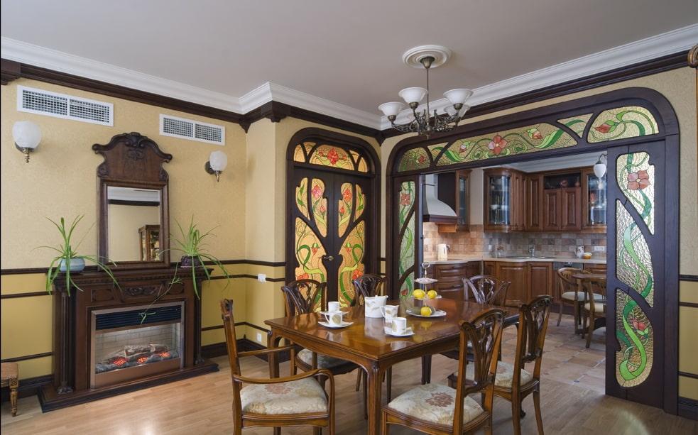 Витражный декор в гостиной стиля модерн