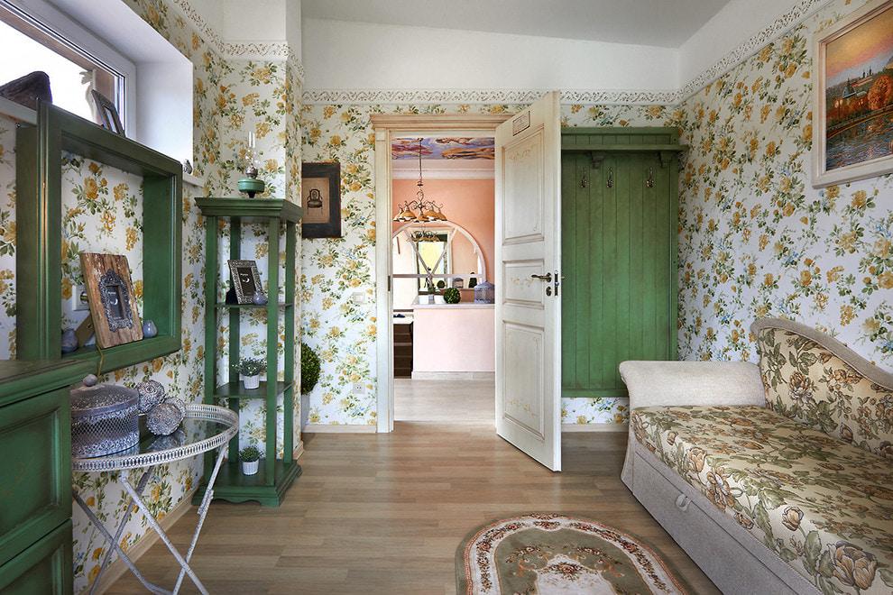 Красивые обои на стене гостиной в стиле прованс