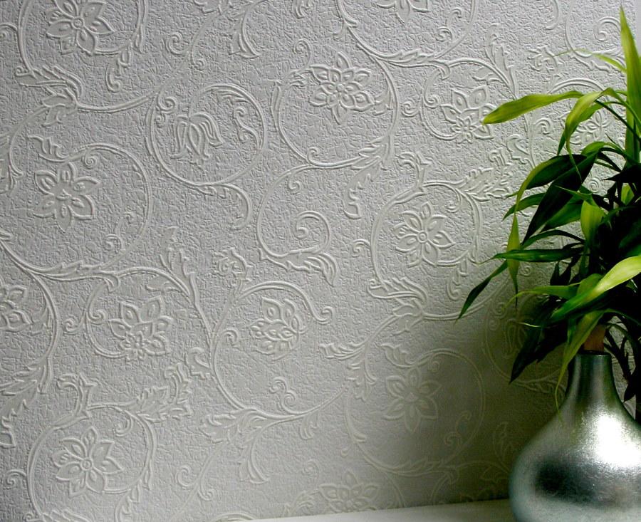 Стена в гостиной с флизелиновыми обоями