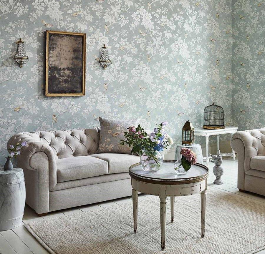 Обои пастельных тонов в комнате с диваном