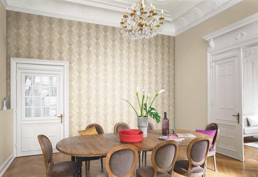 Кухонный стол в комнате с обоями на стене