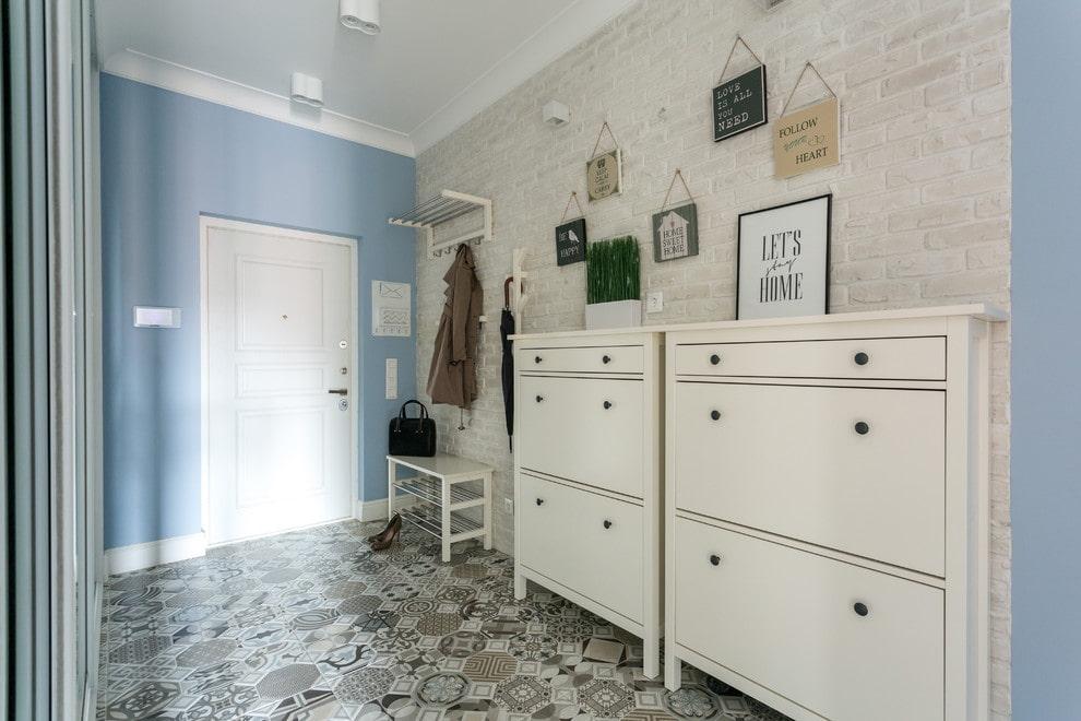 Узкие комоды-обувницы в коридоре частного дома