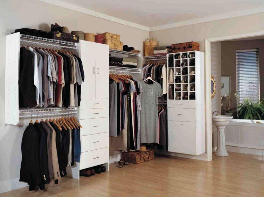 Шкафы и вешалки для одежды в углу супружеской спальни
