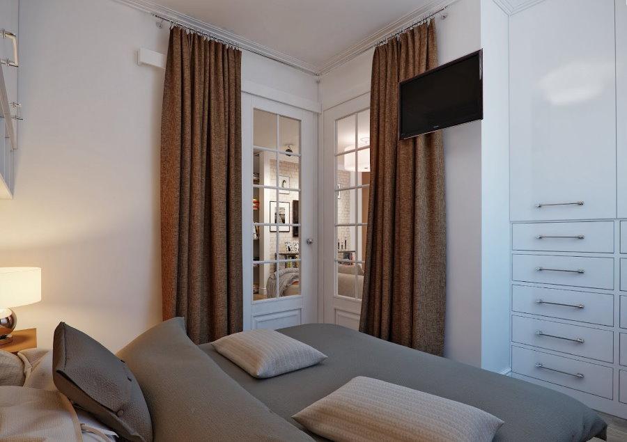 Коричневые шторы на дверях в спальне без окна