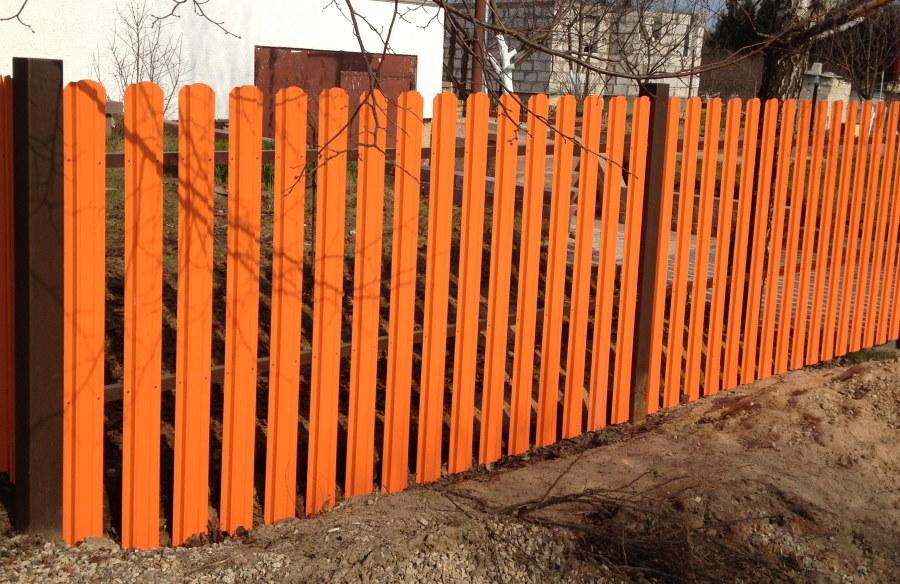 Оранжевый забор из штакетника по периметру участка