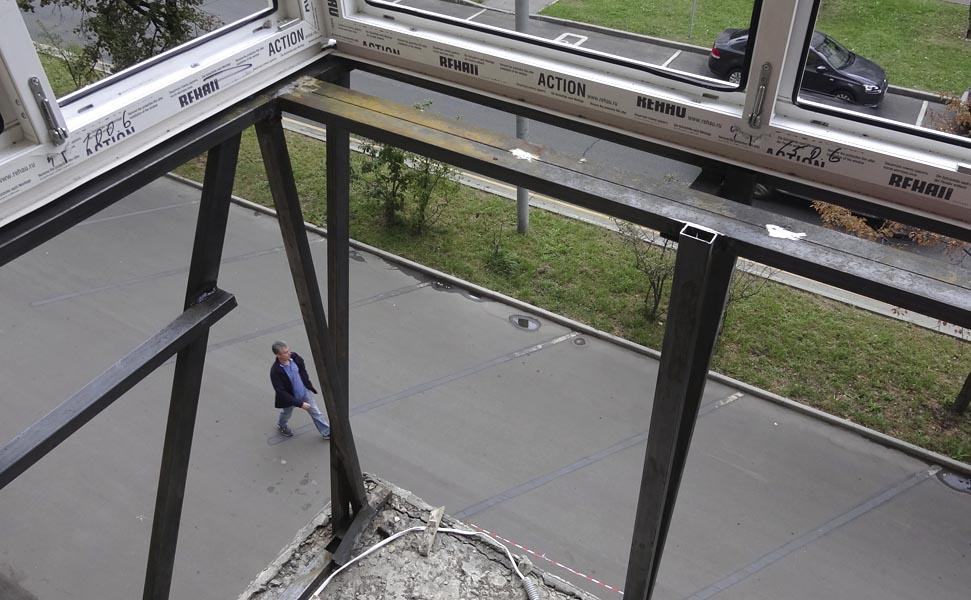 остекленение балконов с выносом