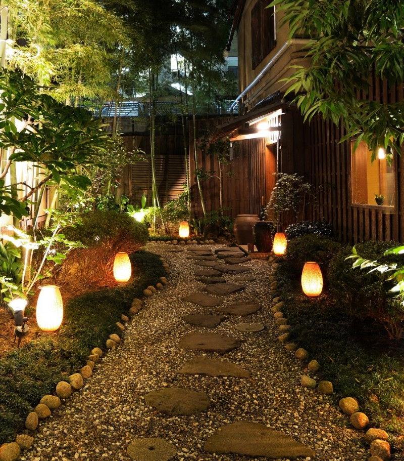 Вариант освещения садовой дорожки из природного камня